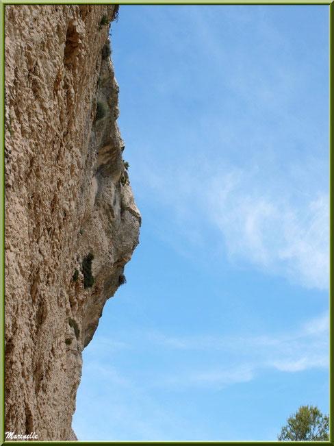 Une des falaises d'escalade, village d'Orgon, entre Alpilles et Lubéron (13) : photo prise par en dessous