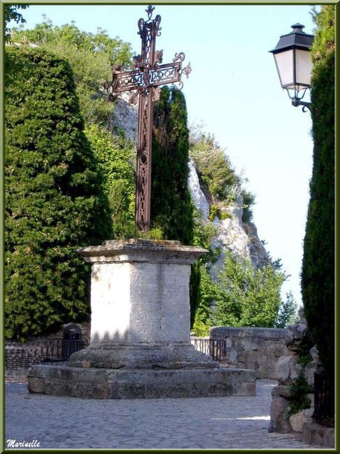 Croix face à l'église Saint-Vincent et à la Chapelle des Pénitents Blancs, Baux-de-Provence, Alpilles (13)
