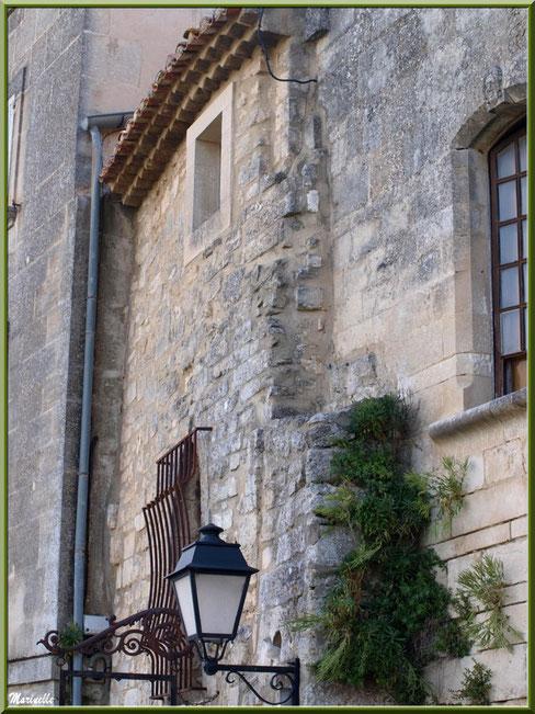 Bâtisse du XVème , ferronnerie et lanterne, Baux-de-Provence, Alpilles (13)