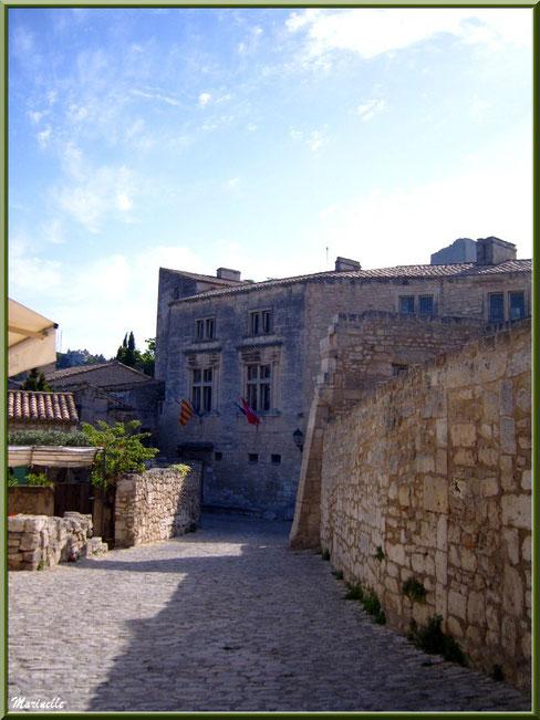 Hôtel de Manville (Mairie) avec ses drapeaux en fond de la ruelle, Baux-de-Provence, Alpilles (13)