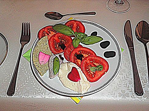 Veganer Tomaten-Mozzarella-Salat mit Basilikum