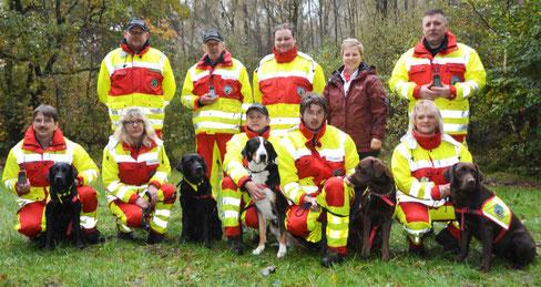 Filialleiterin Jana Panten (2. v. re) freute sich mit dem Vereinsvorsitzenden und Zugführer Thomas Herbach (re) über  die drei hochwertigen GPS Hundeortunsgsysteme.