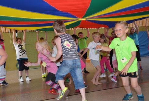 Viel Spaß hatten Kindergartenkinder und Grundschüler an dem Schwungtuch.