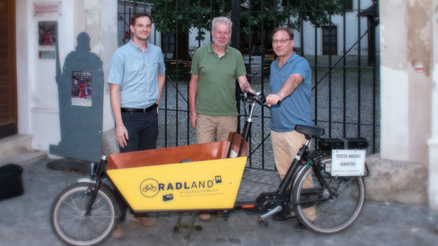Bernd Hildebrandt (eNu NÖ), Kurt Lentz (Radlobby Krems), KEM-Krems-Manager Christian Braun bei der Lastenrad-Übergabe in Mautern