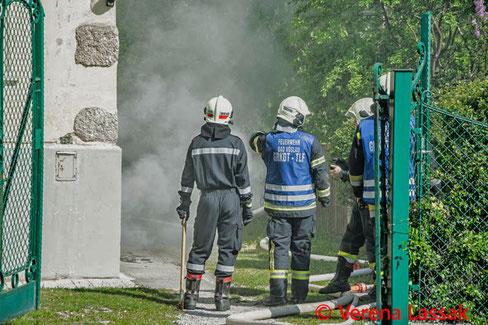 Feuerwehr, Blaulicht, Triebwagen, Zusammenstoß, PKW, Wiener Lokalbahn, BFKDO Baden
