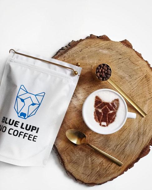 Produktverpackung mit Logo, Kaffeetasse mit Latte Art Muster