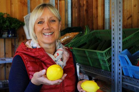 Susanne Schröder beim Einkauf im Hofladen