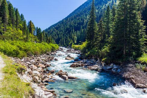 Gläubige Menschen in aller Welt setzen sich für die Bewahrung des kostbaren Wassers ein wie hier einen Fluss mit glasklarem Wasser in Österreich.
