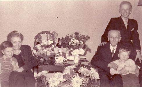 Erfinder der Thermosflasche: Reinhold Burger 1953 am 50. Hochzeitstag mit seiner Frau Charlotte und den Enkeln