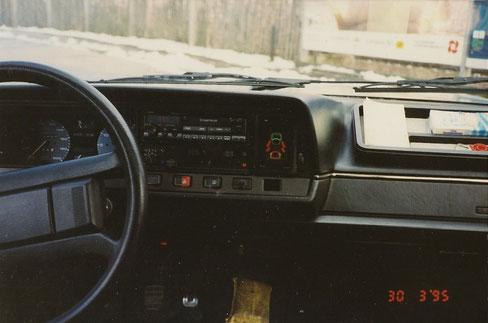 Clarion Quickout-Radio; damals zeitgemäß. Ansicht  mit ext. Ford - Info Display in der Mitte.
