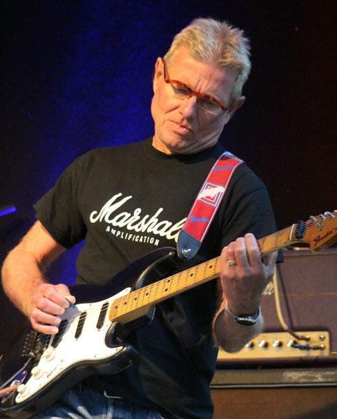 Gitarrist Jens Kramer, auch schon seit 30 Jahren bei Steinwolke, gab mit seinem Spiel auch den poporientierten Nummern eine angenehm rockige Färbung.