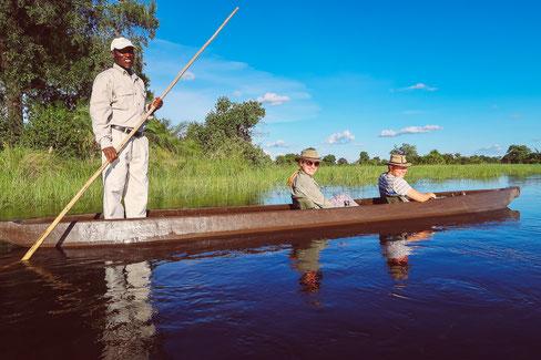 Lautlos über das Wasser gleiten bei einer Mokoro-Fahrt