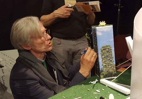 Der Bürgerschaftsabgeordnete Robert Bücking baut mit beim grünen Hochhaus