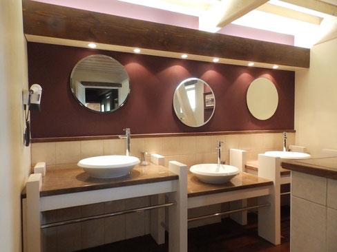 salle de bain avec une baignoire, une douche à l'italienne et trois vasques