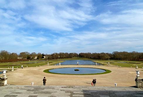 giardini francesi del castello di Chantilly in Francia con specchi d'acqua ed uccelli