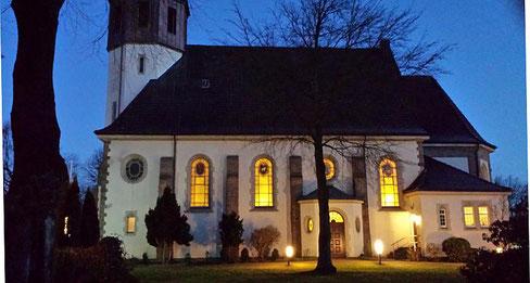 Zur Frühschicht hell erleuchtete Kirche St. Josef