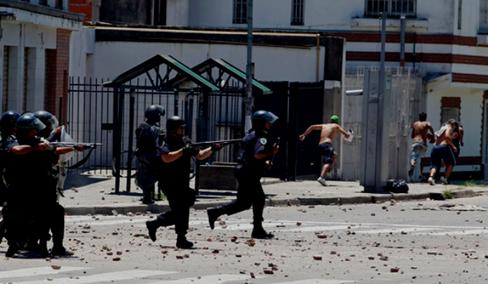 Politifolk skyder med skarpt på folk, som deltog i en tag-selv-aktion