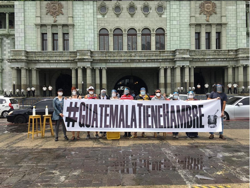 """Photo 4: Members of the """"Olla comunitaria"""" association who criticized the gouvernment's actions with the hashtag banner #Guatemalatienehambre (Guatemala is hungry). Source: Instagram / laollacommunitariaca, July 8, 2020"""