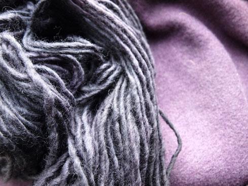 Links: neu gefärbte Wolle, rechts: vor ein paar Jahren gefärbter Stoff