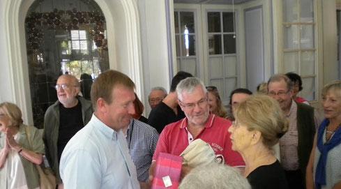Remise de cadeau à la Présidente et responsable de la Biennale par Alain Darbon, maire de St-Léonard de Noblat et en présence de Jean-François Dubourd, maire du Mont-Dore (Safadore-63)