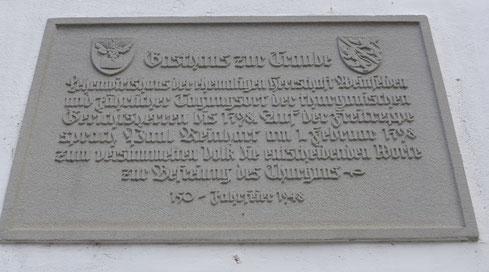 """Tafel beim Trauben: """"Auf der Freiheitstreppe sprach Paul Reinhart am 1. Februar 1798 zum versammelten Volk die entscheidenenden Worte zur Befreiung des Thurgaus""""."""