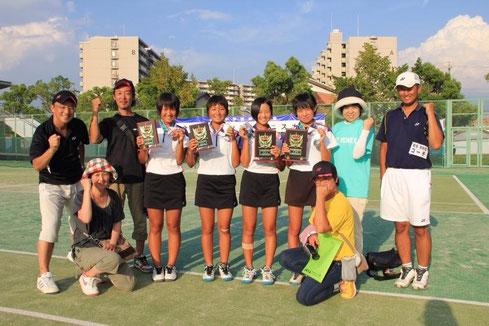 個人戦入賞の貝瀬・吉原ペア、清水・上田ペアとコーチ、応援に駆け付けた保護者の皆さん