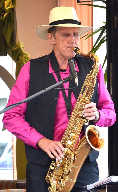 Ein Saxophonist macht eine Feier mit Live-Musik lebhafter