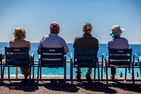 myPension private Altersvorsorge Rentenversicherung, Rentner auf einer Bank vor dem Meer in der Sonne