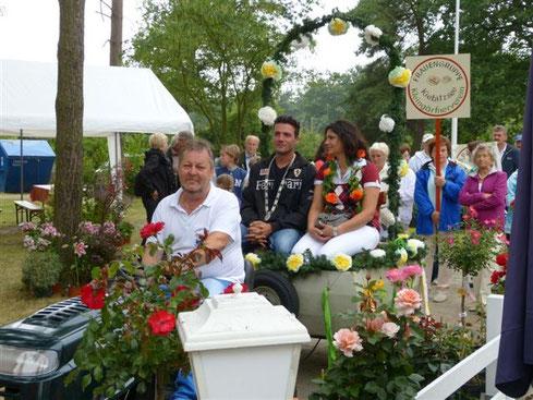 Umzug durch die Kolonie, v.l. Norbert Oehlschläger 2. Vorsitzender, Aleksandar Glamocanin Schützenkönig mit Partnerin, Frauengruppe im Hintergrund
