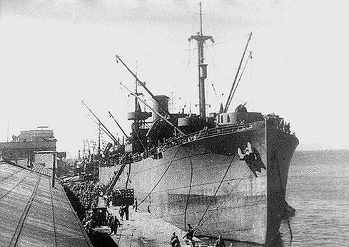 Посадка пехоты на морские суда. Курильская десантная операция, август 1945 г.