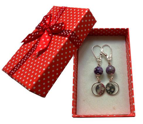 photo-boucles-d-oreilles-dormeuses-en-argent-et-perles-rondes-en-charoïte-violettes-pendants-sequins-ronds-etoiles