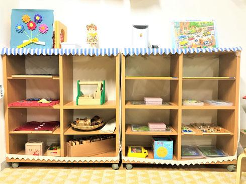 お子様の成長段階や興味に対応できるように教具を豊富に用意しています。