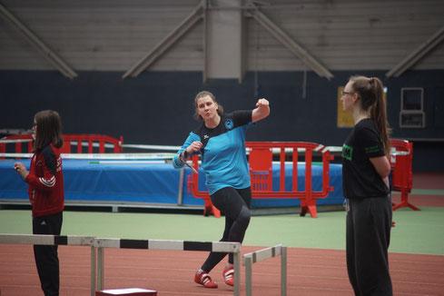 Katharina Schiele bei der Wettkampfvorbereitung - Simulation eines Stoßes mit rechts.