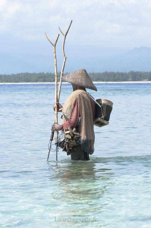 Pécheur sur l'ile de Gili méno Indonésie