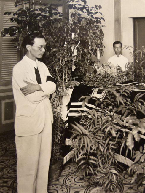 26 AOÛT 1937. NAM SON AVEC LE BRASSARD NOIR DE DEUIL DU FILS DEVANT LE CERCUEIL DU PERE VICTOR TARDIEU QUI SERA TRANSPORTE AU TRAIN DE 10h30 POUR HAIPHONG. LE 28 AOÛT à 3H DU MATIN LE LINOIS, CARGO DES CHARGEURS REUNIS, L'EMPORTERA VERS LA FRANCE. C*N.K.K