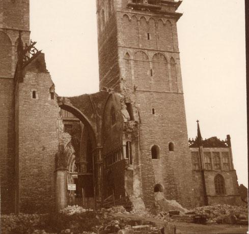 Zerstörtes Westportal des Doms