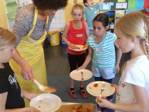 Die Kinder der 3a freuen sich schon auf die gut riechenden Gerichte.