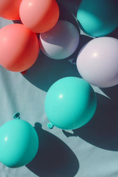 Blaue, rote und rosane Luftballons