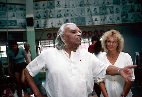 Ruth ungefähr 1990 mit dem dem Yogameister Iyengar in Pune, Indien