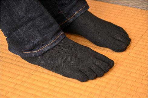 五本指ソックスは指それぞれが独立して動けて窮屈感もないので歩きやすい靴下といえます