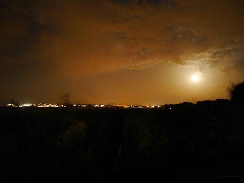 Vollmond am Abend um 21:56 Uhr über dem See