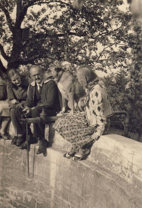 1942 Schwimmbadmauer (Elisabeth, Oskar, Lotte (Frau von Werner))