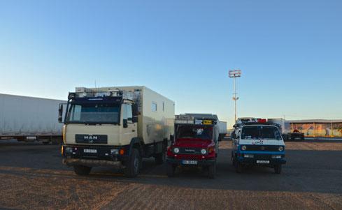 Drei Touristen-Wagen warten auf's einschiffen