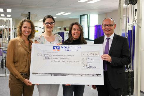 Schecküberreichung durch Tanja Hammer nach dem Spenden-Marathon
