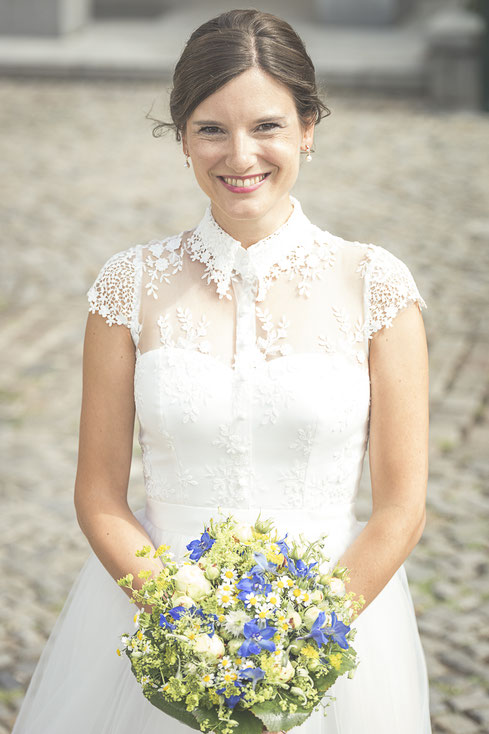 Hochzeitsfotograf Hamburg - gute Laune steckt an, die Braut mit Brautstrauß