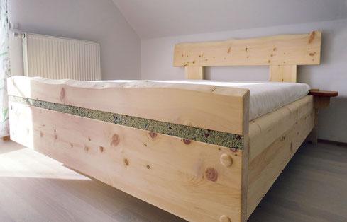 """Almkräuterbett """"Leichtigkeit"""", Kräuterstreifen am Fußteil, Kopf- und Fußteil mit Baumkante"""