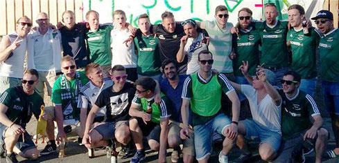Jubelnde Heiligenstadter vor dem Sportheim! Herzlichen Glückwunsch zur Meisterschaft!