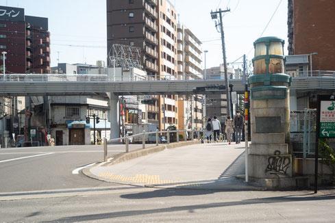 ①再開発のため通行止め、左の道へ進んでください