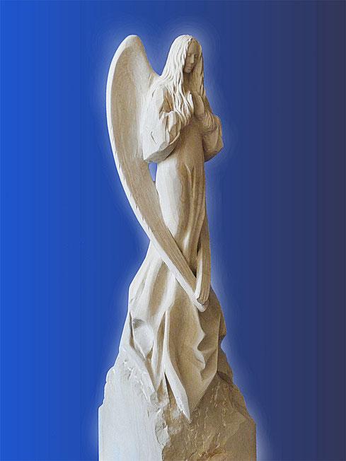 Engel aus Stein Unikat, Einzelexemplar.Die Handflächen weisen in Höhe der Brust nach vorne, als würden sie eine unsichtbare Kugel halten.