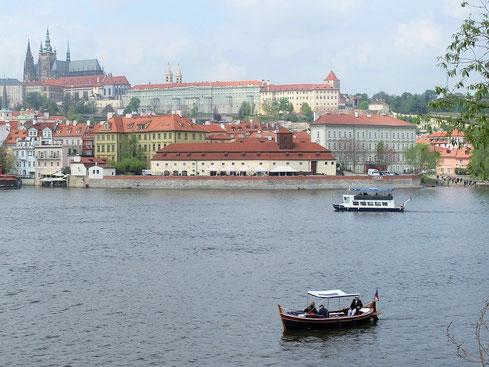世界遺産にも登録されているプラハ市内を流れるモルダウ川